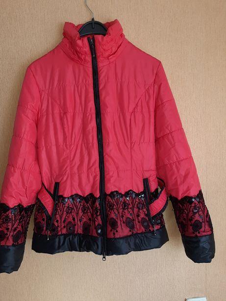 Куртка коралл с гипюром черным.с поясом и капюшоном 48-50р