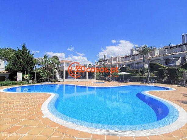 Moradia T2+1 com vista mar, piscina, jardins e garagem em Almancil