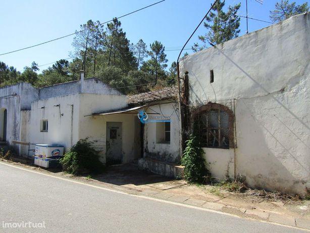 Casa antiga localizada na Freguesia de St Catarina da Fonte do Bispo