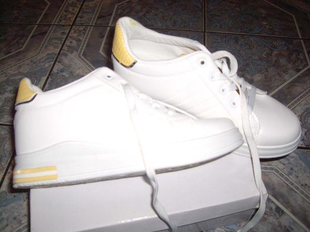Sneakersy - damskie buty sportowe.