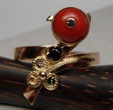 Złoty pierścionek naturalny koral i granat.