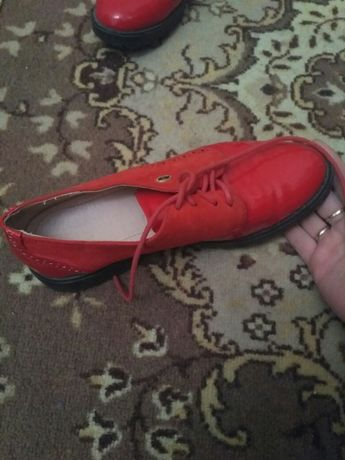 Дівчачі туфлі червоні