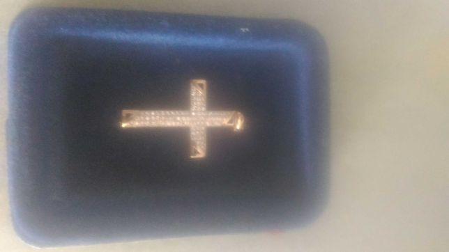 Złota przywieszka krzyżyk z cyrkoniami
