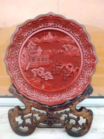 Prato de laca vermelha chinesa antigo