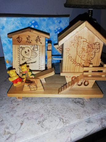 Caixa de música em madeira, com pequeno porta retrato.