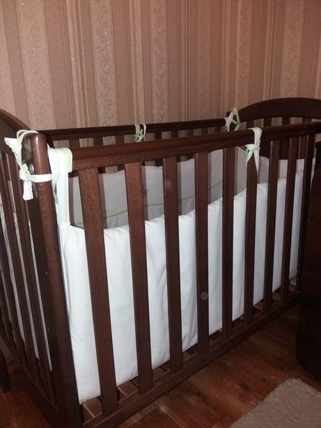 Продам детскую кроватку с матрасом и защитой.