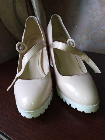 Туфли и басаножки на каблуку.