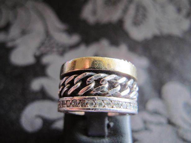 Anel Eugénio Campos com malha cadeada, ouro e zircões. 3 marcas