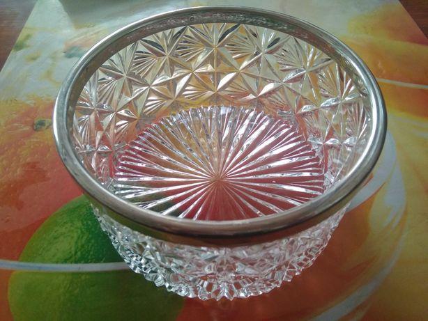 Хрустальная ваза с металическим ободком.