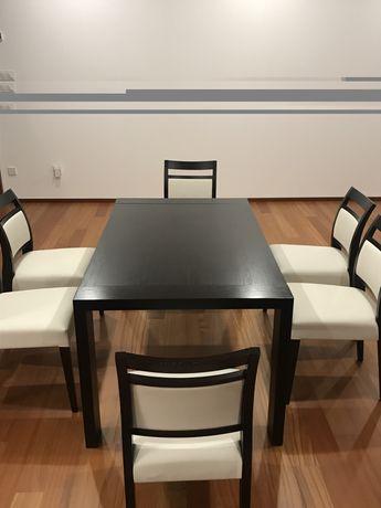 Mesa de jantar extensivel com cadeiras incluidas.