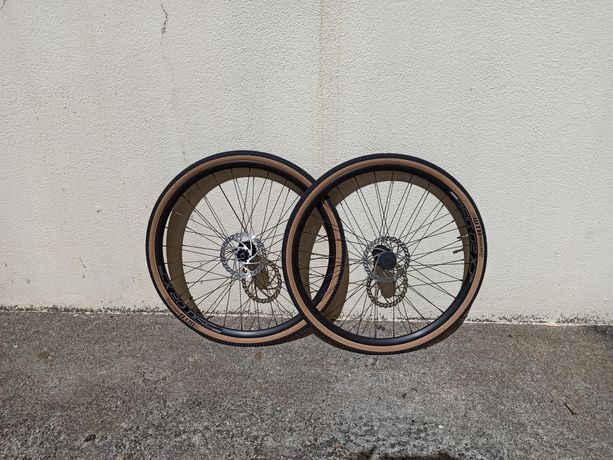 Rodas 700c de gravel com pneus WTB Riddler 37c e discos de 160mm