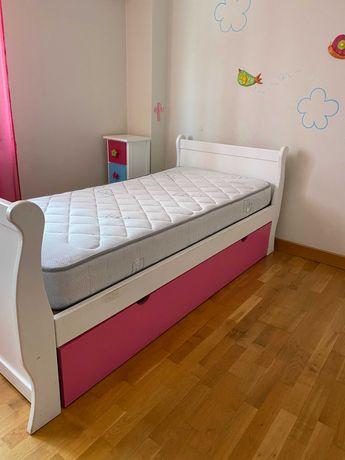Cama dupla de solteiro com colchões incluídos + Mesa de Cabeceira