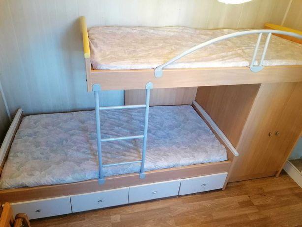 Beliche com gavetas e roupeiro
