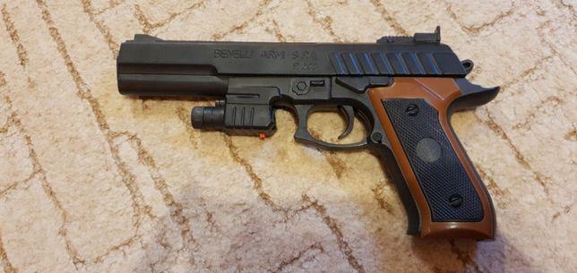 Plastikowy pistolet z laserem