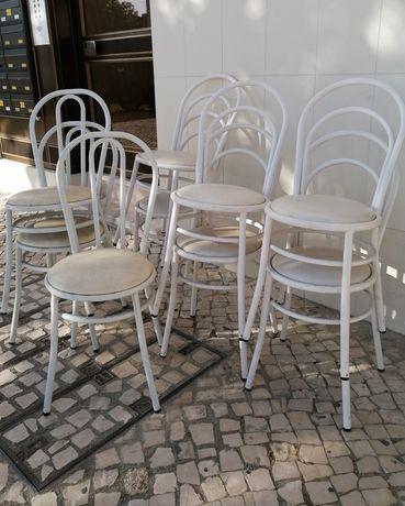 Cadeiras brancas ferro