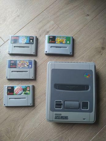 SNES Super Nintendo plus dwa pady i cztery gry