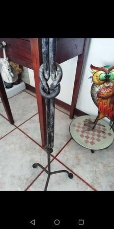 Castiçal de pé alto em ferro trabalhado
