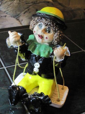 Porcelanowy klaun na huśtawce - figurka porcelanowa na prezent
