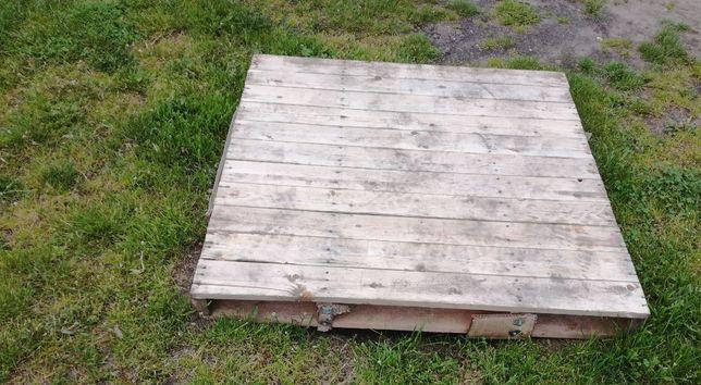 Drewniane palety przemysłowe oraz beczki metalowe