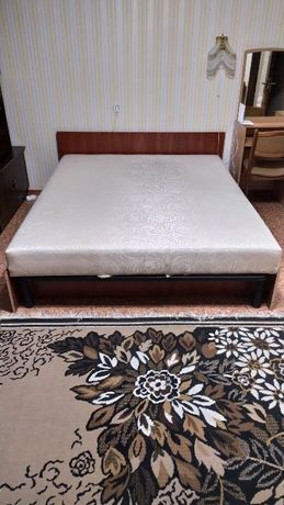 Срочно !!! Кровать двуспальная + матрас .