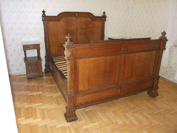 stare dębowe łóżko z dwoma szafkami