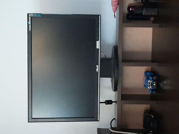 Компютерний стіл з компютером