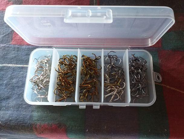 Caixa com 100 farpas triplas para pesca
