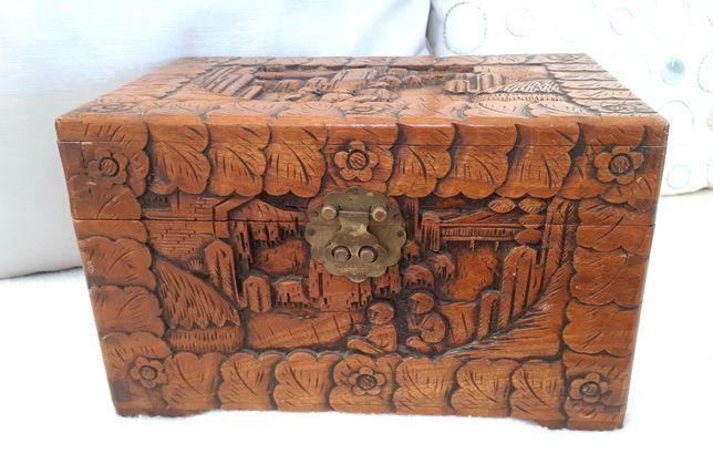 Caixa oriental antiga em madeira de cânfora