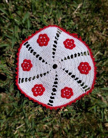 pega de renda branca pontuada com flores vermelhas