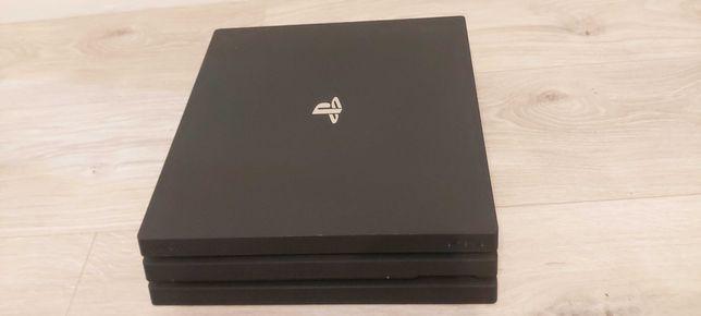 PS4 Pro 1TB+ 2 pady + gry