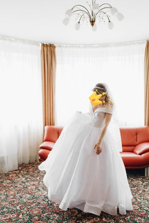 Весільна сяюча сукня