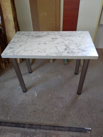 Stół kuchenny z grubym blatem i grubsze ścianki nóżek
