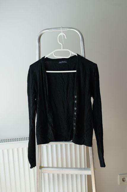 Sweterek czarny elastyczny, w serek na guziki