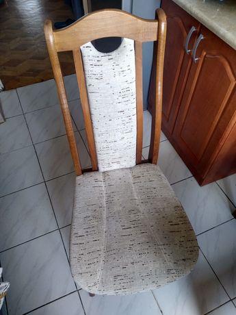 Cztery drewniane krzesła tapicerowane. Gratis stół