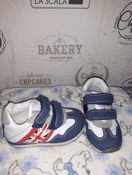 Продам детские кроссовки подойдут для девочки и для мальчика. р22
