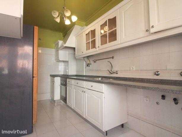 T2 com arrecadação e varanda para arrendamento em Matarraque