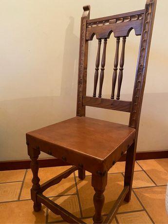 Cadeira de madeira com fundo de pele