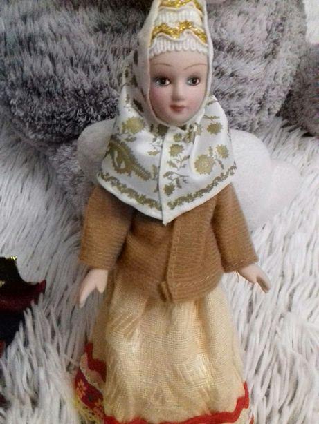 Куклы фарфор. В национальных костюмах.