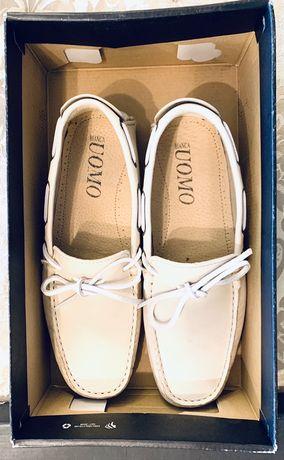 Sapatos em pele novos em caixa