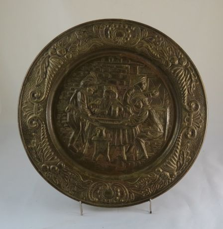 Prato em latão moldado dec figuras à roda de uma mesa, nº1;
