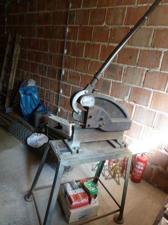 Gilotyna do cięcia metalu, blachy, płaskowników i prętów metalowych