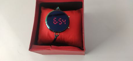 Zegarek elektroniczny LED sztywna bransoleta Idealny na Walentynki