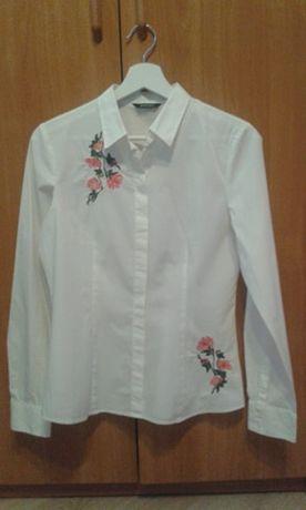 Biała koszula z długim rękawem i kwiatowym detalem 36