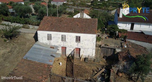 Moradia rústica situada em Cumeada, a necessitar de algumas obras