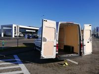 Zabezpieczenie przestrzeni ładunkowej sklejką w busie Crafter L3H3