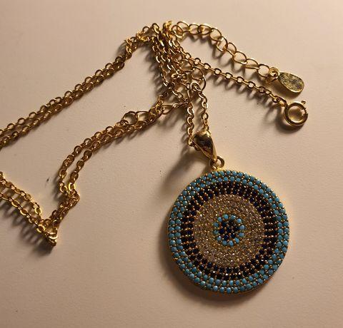 Srebrny pozłacany medalik z niebieskimi kamieniami i łańcuszek