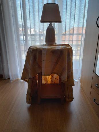 Mesa camilha com toalha e candieiro