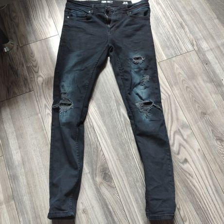 Jeansy w ciemnym kolorze