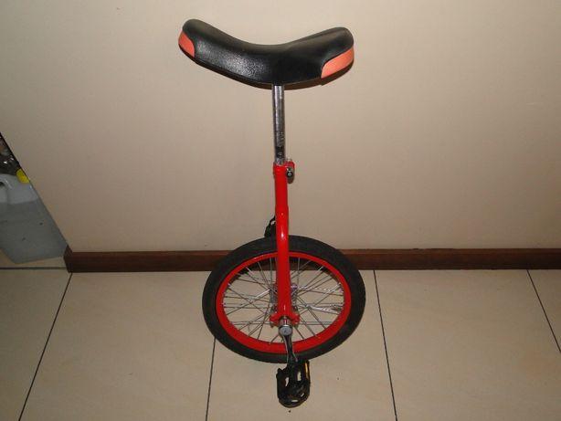 jedno kołowy rower czerwony monocykl