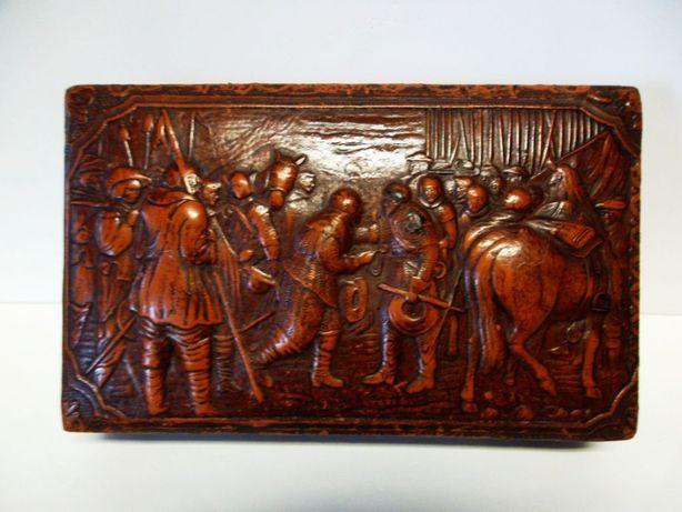 antiga caixa de cigarros em madeira e couro com motivo histórico